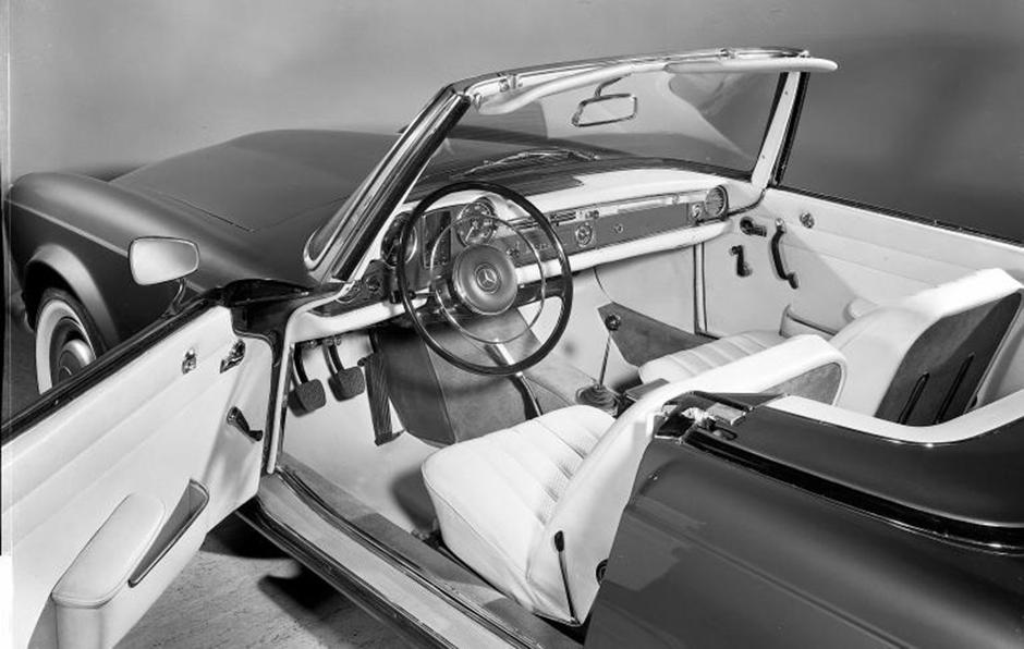 Sportlichkeit und Luxus: Interieur des Mercedes-Benz 230 SL (Baureihe W 113, 1963-1971). ; Sportiness and luxury: Interieur of the Mercedes-Benz 230 SL (W 113 series, 1963-1971).;