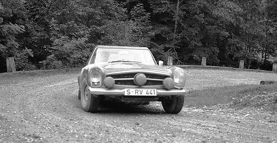 Rallye Lüttich-Sofia-Lüttich, 1963. Die späteren Sieger Eugen Böhringer und Klaus Kaiser mit einem Mercedes-Benz Typ 230 SL (W 113), Startnummer 39.