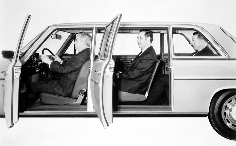 Für Chauffeur und sieben Passagiere: Die Mercedes-Benz Typen 220 D und 230 vom Dezember 1968 hatten mit langem Radstand jeweils acht Sitzplätze. ; For chauffeur and seven passengers: The Mercedes-Benz 220 D and 230 models of December 1968 with long wheelbase could each seat eight people.;