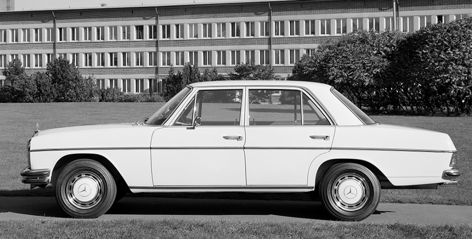 Klassische Moderne mit Doppelstoßstange: Mercedes-Benz 250 der Baureihe W 114 aus dem Jahr 1967. ; Classically modern, with double bumper: 1967 Mercedes-Benz 250 from the W 114 series.;