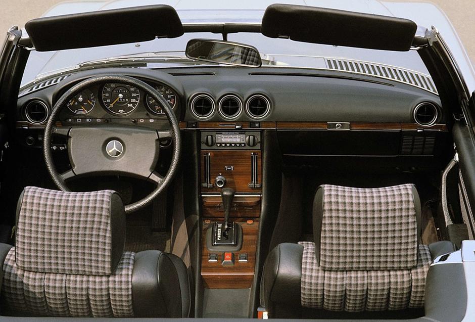Mercedes-Benz Typ 380 SL (1980 bis 1985), Baureihe 107: Armaturen. Insgesamt wurde die Baureihe von 1971 bis 1989 gebaut. ; Mercedes-Benz type 380 SL (1980 – 1985) of the 107 series. Overall, the series was built from 1971 to 1989.;