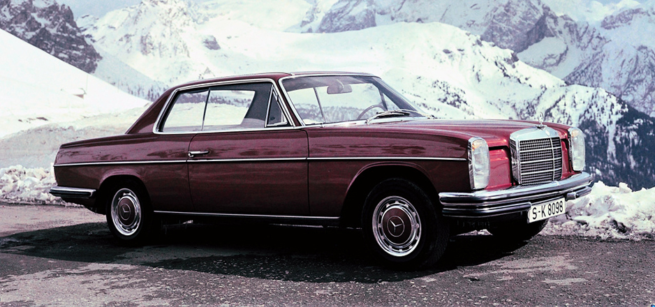 "Vor großer Kulisse: Ein Mercedes-Benz Coupé der Baureihe 114. Die ""Strich-Acht""-Baureihen 115/114 wurden von 1968 bis 1976 gebaut. ; Grand backdrop: 114 series Mercedes-Benz coupé. The ""Stroke 8"" 115/114 model series was built from 1968 to 1976.;"