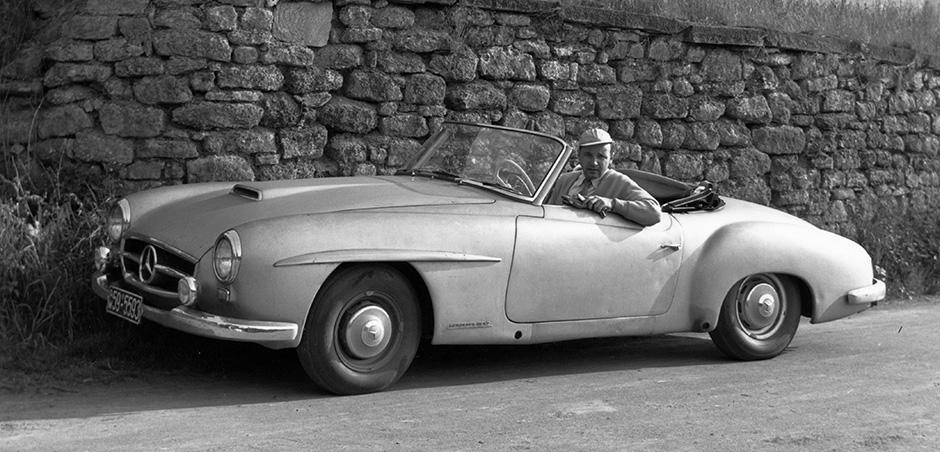 Mercedes-Benz 190 SL (W 121), Versuchswagen Nr. 2, der auch im Februar 1954 auf der International Motor Sports Show in New York präsentiert wurde. Das Serienfahrzeug kam mit modifizierter Karosserie 1955. Am Lenkrad Kurt Obländer, Motorenkonstrukteur.
