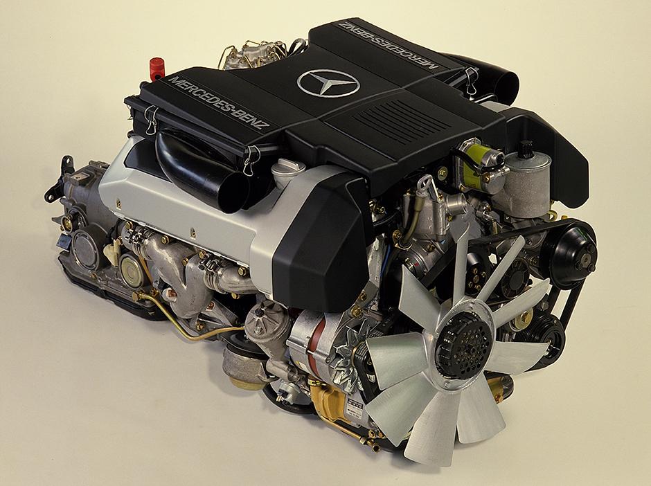 Kraftpaket: Vierventil-Motor des Mercedes-Benz 500 SL (Baureihe R 129, 1989-2001). ; Power pack: four-valve engine on the Mercedes-Benz 500 SL (model series R 129, 1989-2001);