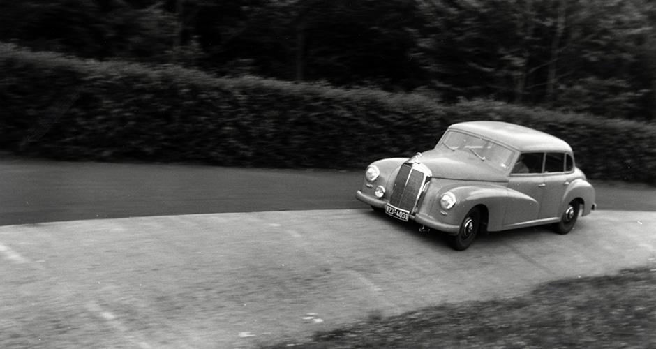 Mercedes-Benz Typ 300 (Baureihe W 186 II, 1951 bis 1954): Schon 1951 gehîrten Versuchsfahrten auf der Nordschleife des NÅrburgrings zum Pflichtprogramm bei Daimler-Benz. Der Typ 300 wurde in mehreren Baureihen insgesamt von 1951 bis 1962 gebaut.