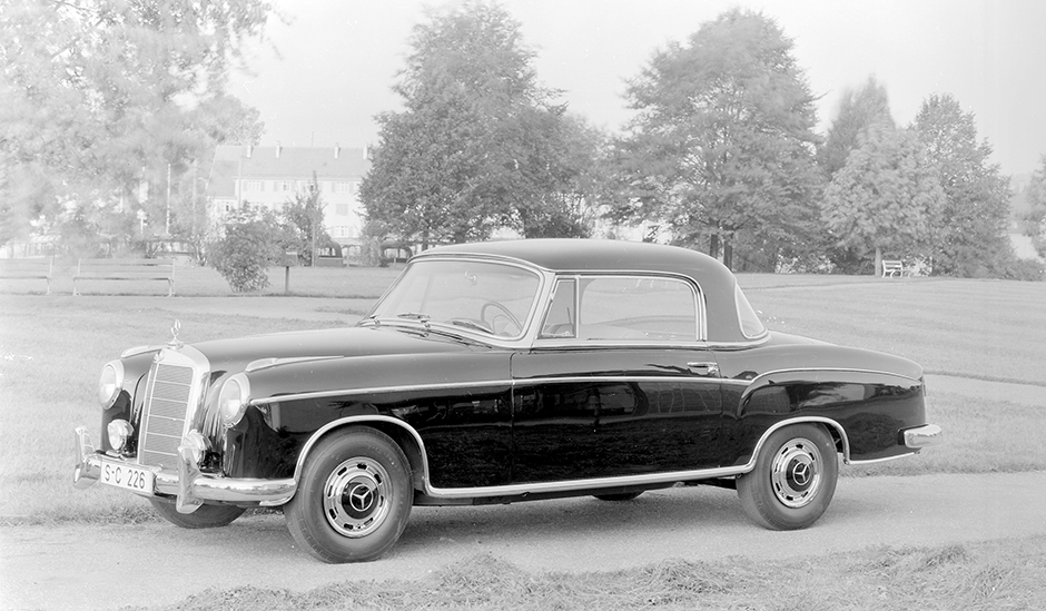 220SE coupe featured attractive notchback roofline and fuel injection.