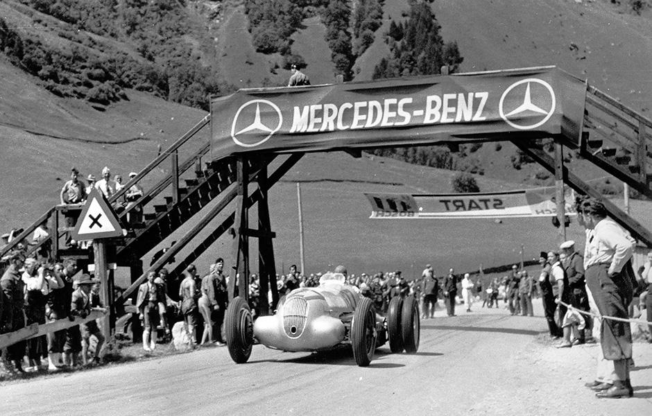 Training zum Großglockner-Bergrennen am 6. August 1939. Manfred von Brauchitsch im Mercedes-Benz W 125 Bergrennwagen mit 5,6-Liter-Motor, Startnummer 127, zum Versuch der Traktionsverbesserung mit Zwillingsreifen an der Hinterachse. Im Rennen belegt er den 4. Platz.