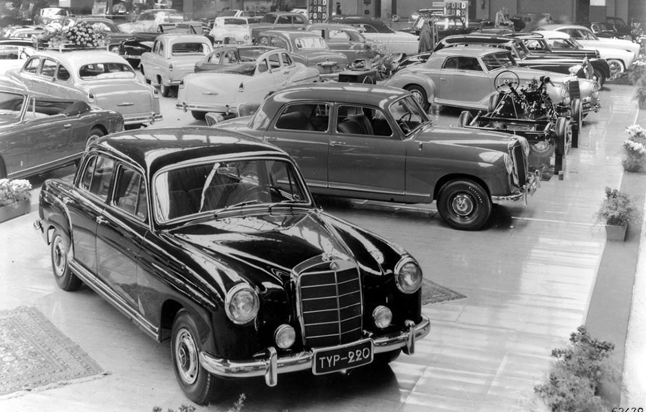 "Trendsetter: Der Mercedes-Benz 220 ""Ponton"" auf dem Automobilsalon Genf 1954. ; Trendsetter: The Mercedes-Benz 220 Ponton at the 1954 Geneva Motor Show;"