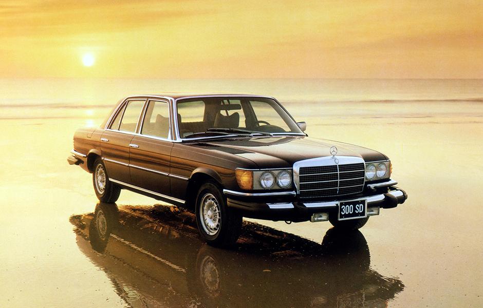 Der Mercedes-Benz 300 SD ist im Mai 1978 der weltweit erste Serien-Pkw mit Turbodieselmotor und zugleich der erste Oberklasse-Personenwagen mit Dieseltriebwerk. Der 300 SD leistet 85 kW/115 PS und kommt nur in den USA auf den Markt. Die Fahrleistungen sin