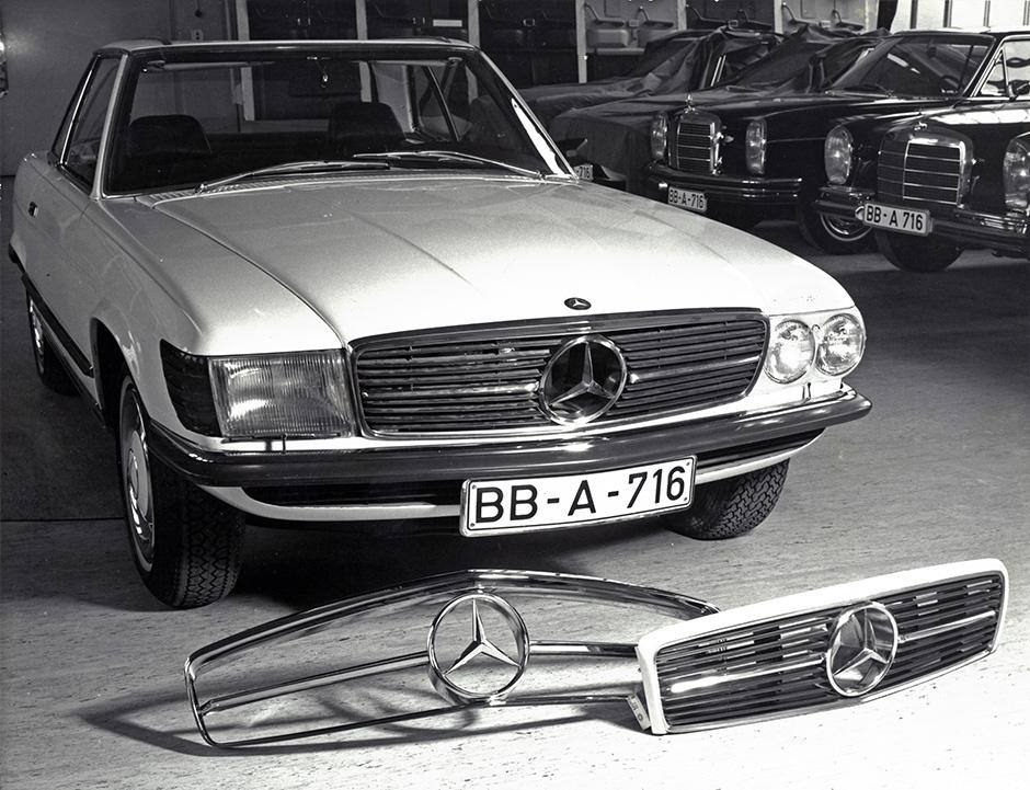 Mercedes-Benz 350 SL (R 107, 1971 bis 1989). Holzmodell als Design-Vorstudie. Vor dem Fahrzeug Kühlergrill-Varianten.