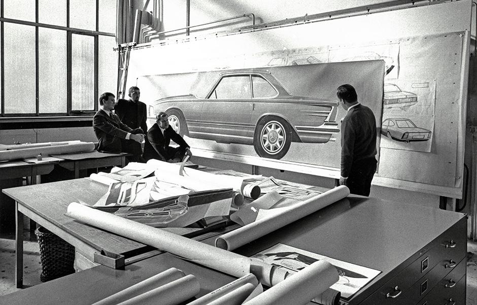 Mercedes-Benz SL (R 107, 1971 bis 1989). Designstudio. V.l.n.r.: Ferdinand Hellhage, Thomas Hilpert, Josef Gallitzendörfer. Thema: Luftführung zur Sauberhaltung der Rückleuchten.