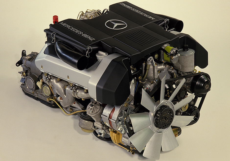 Kraftpaket: Vierventil-Motor des Mercedes-Benz 500 SL (Baureihe R 129, 1989-2001). ; Power pack: four-valve engine on the Mercedes-Benz 500 SL (model series R 129, 1989-2001);