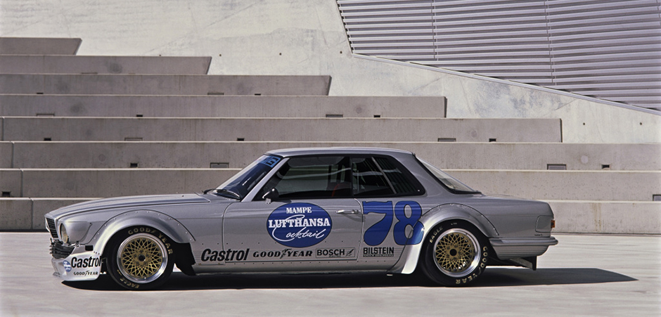 Der 450 SLC AMG gewinnt 1980 den großen Preis der Tourenwagen auf der Nordschleife des Nürburgrings. The 450 SLC AMG wins the Touring Car Race on the Nürburgring's Nordschleife in 1980.
