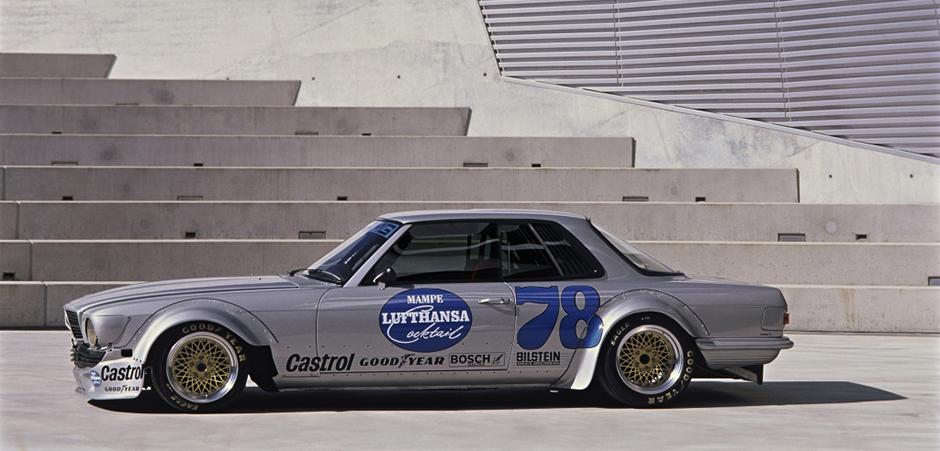Der 450 SLC AMG gewinnt 1980 den großen Preis der Tourenwagen auf der Nordschleife des Nürburgrings. The 450 SLC AMG wins the Touring Car Race on the Nürburgring's Nordschleife in 1980.