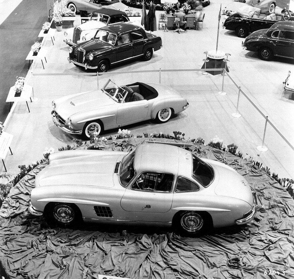 "Der Mercedes-Benz 300 SL (W 198 I, vorn) und der Typ 190 SL (W 121) dominieren den Stand des Importeurs Maximilian Hoffman auf der New Yorker ""International Motor Sports Show"", die am 6. Februar 1954 eröffnet wird. The Mercedes-Benz 300 SL (W 198 I, front) and the 190 SL (W 121) dominate the stand of importer Maximilian Hoffman at the International Motor Sports Show in New York, which opened on 6 February 1954."