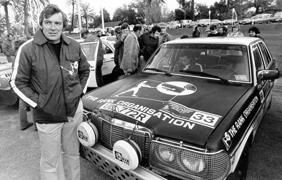 """Der britische Rallye-Fahrer Andrew Cowan gewinnt auf Mercedes-Benz 280 E der Baureihe W 123 (Startnummer 33) die """"1977 London to Sydney Rally"""". Bereits bei der ersten Fernfahrt von London nach Sydney im Jahr 1968 hat Cowan den Sieg geholt, damals auf Hillman. The British rally driver Andrew Cowan wins the 1977 London–Sydney Rally in a model series W 123 Mercedes-Benz 280 E (race number 33). Cowan had already won the first endurance race from London to Sydney in 1968, that time in a Hillman."""