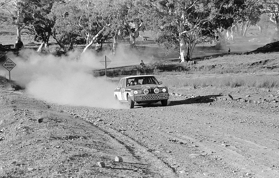"""Das spätere Siegerfahrzeug der """"1977 London to Sydney Rally"""" auf einer Schotterpiste in Australien. Andrew Cowan gewinnt mit seinen Kopiloten Colin Malkin und Mike Broad die Rallye auf Mercedes-Benz 280 E (W 123). The winner-to-be of the 1977 London–Sydney Rally on a gravel track in Australia. Andrew Cowan and his co-drivers Colin Makin and Mike Broad win the rally in their Mercedes-Benz 280 E (W123)."""