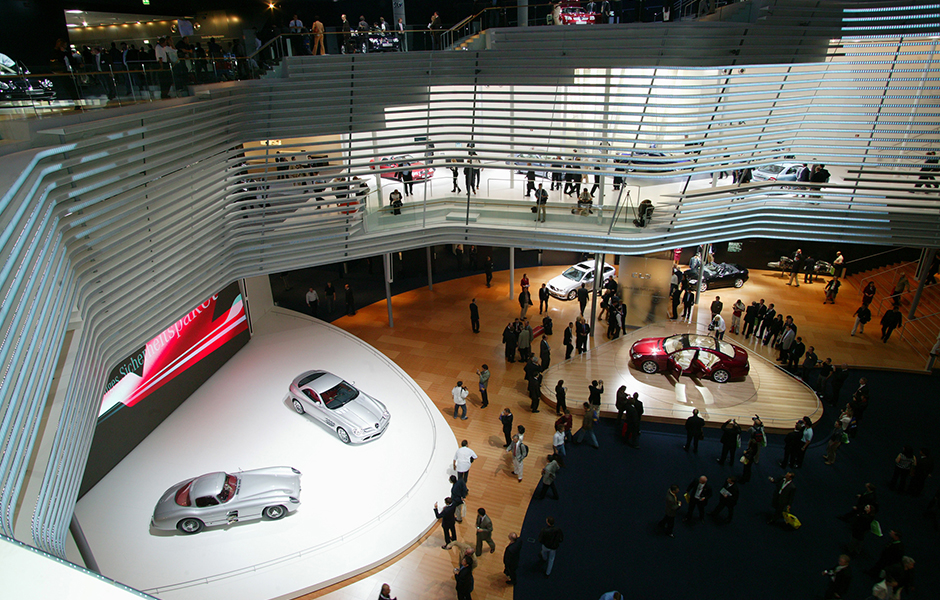 Zukunft mit Geschichte: Bei der Internationalen Automobil-Ausstellung in Frankfurt am Main (IAA) trifft im Jahr 2003 der Mercedes-Benz SLR McLaren (C 199) auf den Rennsportwagen Mercedes-Benz 300 SLR aus dem Jahr 1955, der als Vorbild und Namensgeber diente. A history of looking forward: at the International Car Show in Frankfurt (IAA) in 2003 the Mercedes-Benz SLR McLaren (C 199) comes face to face with a Mercedes-Benz 300 SLR from 1955, the car it was modelled on and from which it took its name.