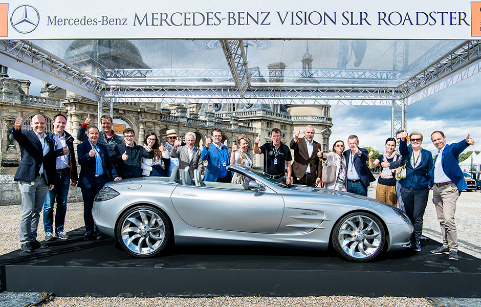 Gruppenbild mit dem Stammvater der Baureihe: Beim Chantilly Arts & Elegance Richard Mille 2017 wurde der Markenclub SLR CLUB gegründet. Zum Gruppenfoto trafen sich die Mitglieder am Vision SLR. Die Stuttgarter Marke präsentierte das Konzeptfahrzeug aus dem Jahr 1999 in Chantilly. Group picture with the model series' progenitor: Members of the new SLR CLUB met at the Vision SLR, displayed by Mercedes-Benz, after founding the club at the Chantilly Arts & Elegance Richard Mille 2017.