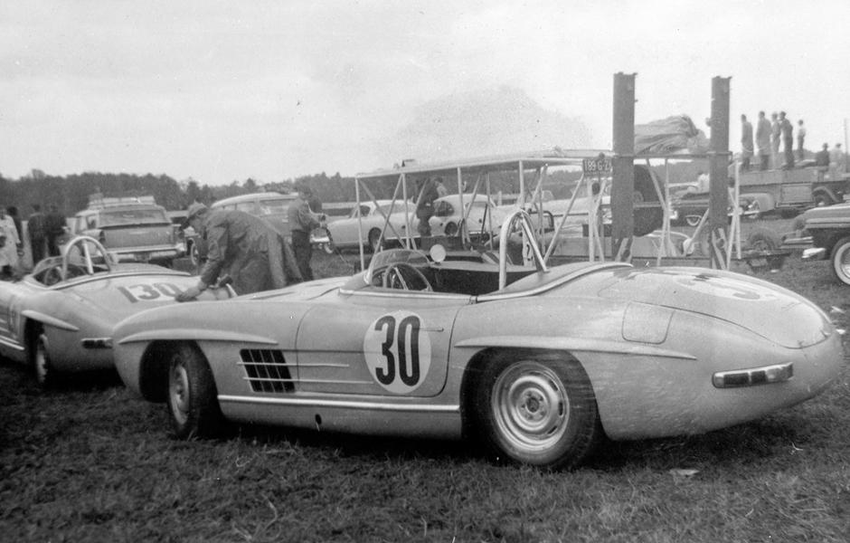 Mercedes-Benz 300 SLS Tourensportwagen (W 198). Zwei dieser als Einzelanfertigung entstandenen Fahrzeuge setzt Paul O'Shea bei den US-amerikanischen Sportwagenmeisterschaft 1957 ein, die er gewinnt. Mercedes-Benz 300 SLS touring sports car (W 198). Two of these specially constructed vehicles were raced by Paul O'Shea in the 1957 US sports car championship, which he won.