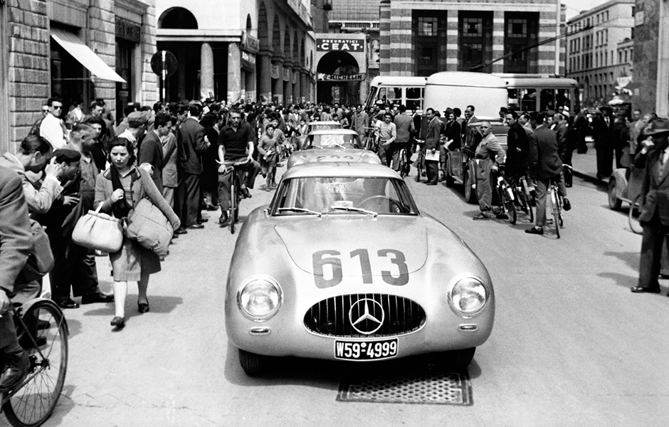 Mille Miglia 1952: Premiere für den Mercedes-Benz 300 SL Rennsportwagen (W 194). Das Team Rudolf Caracciola / Peter Kurrle (Startnummer 613) kommt auf Platz 4 ins Ziel, 3./4. Mai 1952. Mille Miglia 1952: Premiere of the Mercedes-Benz 300 SL racing sports car (W 194). The team Rudolf Caracciola / Peter Kurrle (start number 613) finishes in 4th place, 3/4 May 1952.