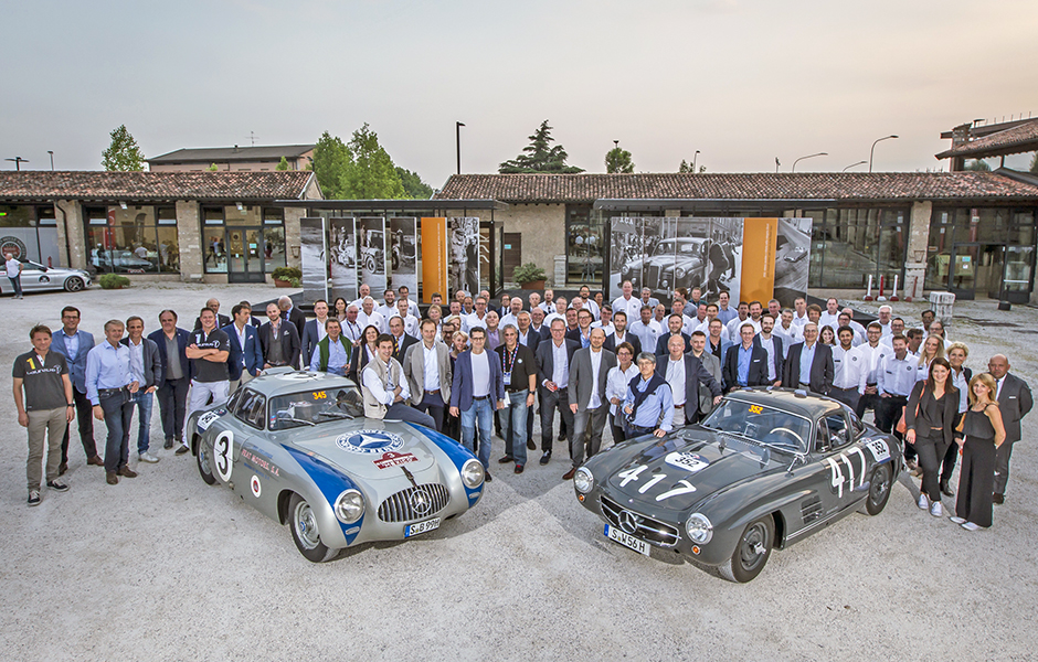 "Mille Miglia 2017: Das Team von Mercedes-Benz Classic mit Mercedes-Benz 300 SL Rennsportwagen (W 194, links) und 300 SL ""Gullwing"" Coupé (W 198), 17. Mai 2017. Mille Miglia 2017: The Mercedes-Benz Classic team with a Mercedes-Benz 300 SL racing sports car (W 194, left) and a 300 SL ""Gullwing"" Coupé (W 198), 17 May 2017."