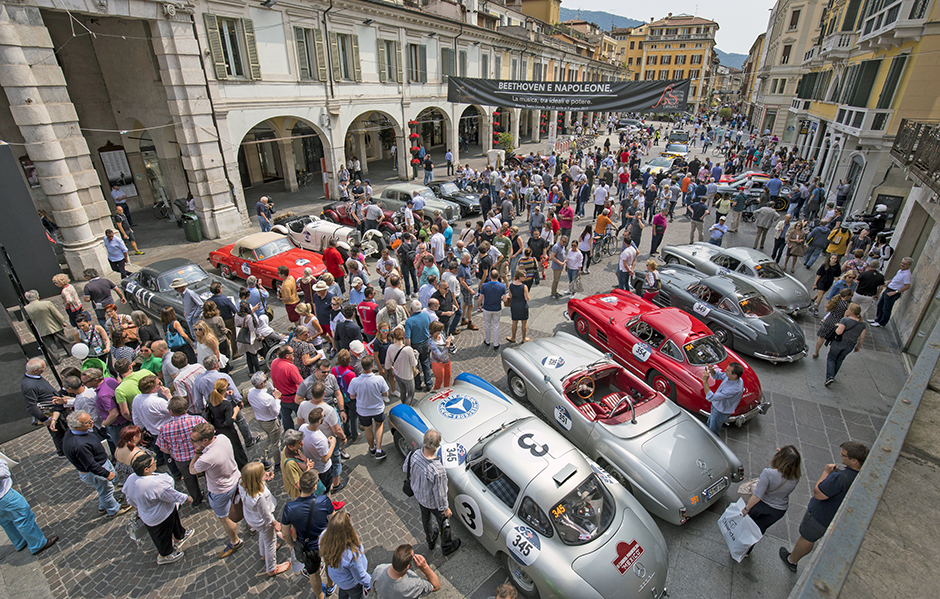 "Mille Miglia 2017: Mercedes-Benz Classic Fahrzeuge. Von links: 300 SL Rennsportwagen (W 194), 190 SL (W 121), 300 SL ""Gullwing"" Coupés (W 198). Etappe von Brescia nach Padua, 18. Mai 2017. Mille Miglia 2017: Mercedes-Benz Classic cars. Left to right: 300 SL racing sports car (W 194), 190 SL (W 121), 300 SL ""Gullwing"" Coupés (W 198). Stage from Brescia to Padua, 18 May 2017."