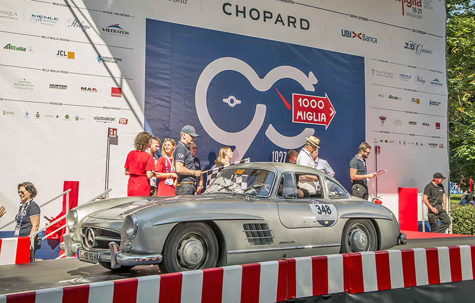 "Mille Miglia 2017: Mercedes-Benz ""Gullwing"" Coupé (W 198) auf der Startrampe, Etappe von Parma nach Brescia, 21. Mai 2017. Mille Miglia 2017: Mercedes-Benz ""Gullwing"" Coupé (W 198) on the starting ramp, stage from Parma to Brescia, 21 May 2017."
