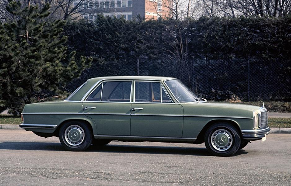 """Mercedes-Benz 280 E Limousine der Baureihe W 114. Das neue """"Strich-Acht""""-Topmodell mit zwei obenliegenden Nockenwellen und Benzineinspritzung debütiert 1972 und definiert in der oberen Mittelklasse von Mercedes-Benz ein neues Leistungsniveau. Wie die zeitgleich eingeführte Vergaserversion 280 verfügt es über eine Doppelstoßstange vorn und eine bis zum Radausschnitt vorgezogene Heckstoßstange. Mercedes-Benz 280 E Saloon from model series W 114. The new """"Stroke/8"""" top model with two overhead camshafts and petrol injection made its debut in 1972 and in the upper medium-class segment at Mercedes-Benz it defined a new level of performance. Like the carburetor version 280 it has a twin bumper at the front and a rear bumper brought forward to the wheel cutout."""