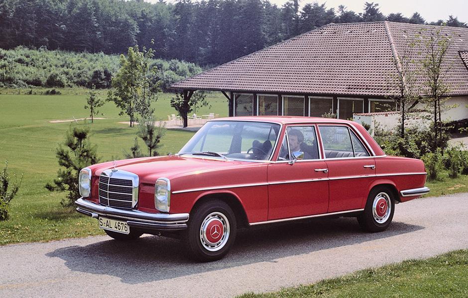 """Mercedes-Benz 280 / 280 E Limousine der Baureihe W 114. Die beiden 1972 eingeführten """"Strich-Acht""""-Topmodelle verfügen über eine Doppelstoßstange vorn und eine bis zum Radausschnitt vorgezogene Heckstoßstange. Mercedes-Benz 280 / 280 E Saloon from model series W 114. The two """"Stroke/8"""" top models launched in 1972 have a twin bumper at the front and a rear bumper brought forward to the wheel cutout."""