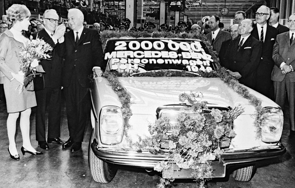 "Der zweimillionste Mercedes-Benz Personenwagen seit 1946 ist ein Typ 220 D der ""Strich-Acht""-Baureihe W 115. Er läuft am 9. Mai 1968 im Werk Sindelfingen vom Band. Die Mittelklasse-Fahrzeuge der Baureihen W 114 und W 115 werden von 1968 bis 1976 gebaut. The two millionth Mercedes-Benz passenger car since 1946 was a 220 D model from the ""Stroke/8"" model series W 115. It rolled off the line on 9 May 1968 at the Sindelfingen plant. The medium-size category vehicles from model series W 114 and W 115 were built from 1968 to 1976."