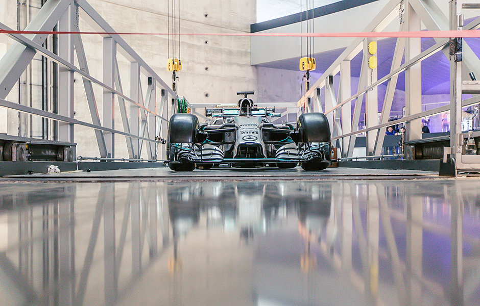 "Mercedes-Benz Museum, Stuttgart, Einbringung des MERCEDES AMG PETRONAS F1 W05 Hybrid, Meisterschaftsfahrzeug 2014 der Formel 1, in die Steilkurve des Mythosraums 7, ""Silberpfeile – Rennen und Rekorde"", November 2015. Mercedes-Benz Museum, Stuttgart, installation of the MERCEDES AMG PETRONAS F1 W05 Hybrid, the 2014 Formula 1 championship car, on the banked curve in Legend room 7, ""Silver Arrows – Races & Records"", November 2015."