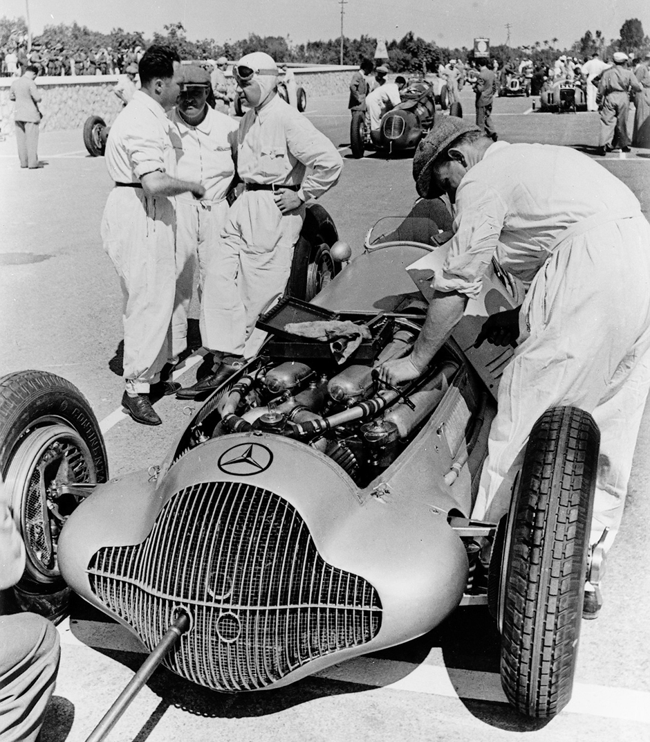 Großer Preis von Tripolis, 15. Mai 1938. Rudolf Caracciola und Monteure bei den Startvorbereitungen am Mercedes-Benz Formel-Rennwagen W 154. Tripoli Grand Prix, 15 May 1938. Rudolf Caracciola and mechanics preparing for the start of the Mercedes-Benz W 154 formula racing car.