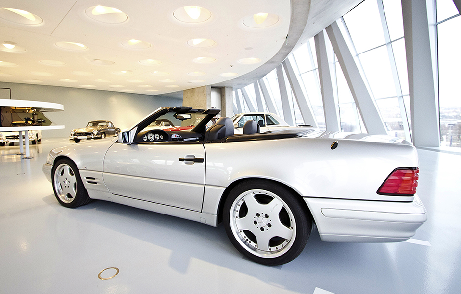 Ein Sportwagen der SL-Klasse (R 129) diente 1998 zur Erprobung eines Drive-by-Wire-Systems mit Side-Sticks für Lenkung, Gas, Bremse, entwickelt von der damaligen DaimlerChrysler-Forschung. ; In 1998, an SL-Class (R 129 series) sports car was used to test a drive-by-wire system with side-sticks for steering, accelerator and brake, developed from the then DaimlerChrysler research department.;